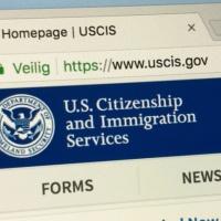 USCIS: ¿Qué deben hacer los inmigrantes ante la suspensión de servicios?